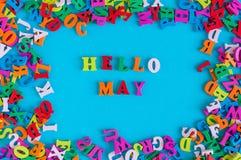 Hola el texto de mayo en fondo azul en muchos colorea el marco de las letras del alfabeto Fotografía de archivo