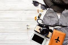 Hola endecha del plano del concepto de las vacaciones de verano traje de baño elegante, sombrero su Foto de archivo libre de regalías