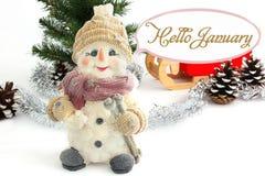 Hola enero Muñeco de nieve feliz rodeado por los conos del pino Muñeco de nieve con el trineo de Papá Noel fotos de archivo