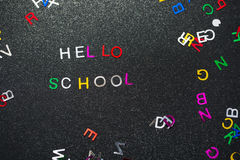 Hola escuela, escrita en la pizarra Fotografía de archivo