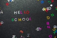 Hola escuela, escrita en la pizarra Foto de archivo