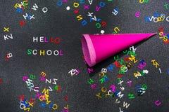 Hola escuela, escrita en la pizarra Foto de archivo libre de regalías