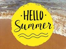 Hola frase de las letras de la mano del verano en la opinión del mar Cita inspirada en fondo borroso de la playa Imagen de archivo libre de regalías