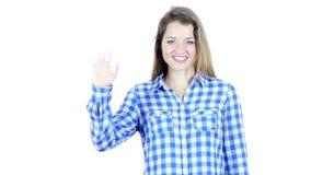 Hola, hola, mano que agita de la mujer, recepción, retrato en el fondo blanco, jóvenes,