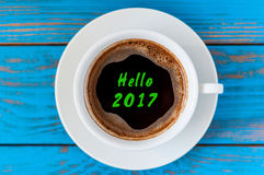 Hola inscripción 2017 en la taza de la mañana de la visión superior de café Concepto de la Feliz Año Nuevo y de la Navidad Imagen de archivo libre de regalías