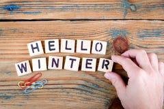 Hola invierno Letras de madera en el escritorio de oficina Imágenes de archivo libres de regalías
