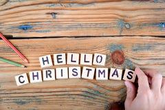 Hola la Navidad Letras de madera en el escritorio de oficina Imagenes de archivo