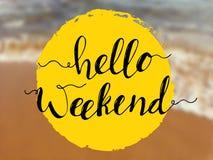 Hola letras del fin de semana en la opinión del mar Cita inspirada en fondo de la playa Foto de archivo