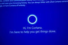 Hola, ` m Cortana - mensaje de I en pantalla de ordenador durante las ventanas 10 Imagen de archivo