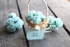 Hola marzo Aún vida rústica, rosas y etiqueta Fotos de archivo