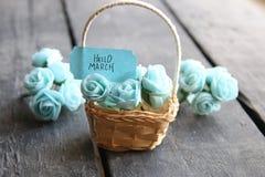 Hola marzo Aún vida rústica, rosas y etiqueta Imagen de archivo libre de regalías