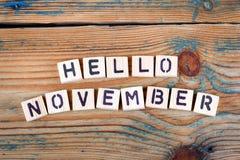 Hola noviembre Letras de madera en el escritorio de oficina Foto de archivo libre de regalías
