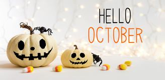 Hola octubre con las calabazas de Halloween con la araña imágenes de archivo libres de regalías
