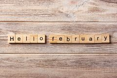Hola palabra de febrero escrita en el bloque de madera Hola texto en la tabla, concepto de febrero Fotos de archivo libres de regalías