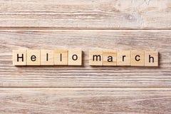 Hola palabra de marzo escrita en el bloque de madera Hola texto en la tabla, concepto de marzo Fotos de archivo