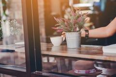 Hola por la mañana con café aromático del amor del café I me gusta t imágenes de archivo libres de regalías