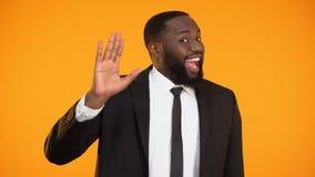 Hola que agita del representante afroamericano alegre de la compañía que encuentra a compañeros almacen de video