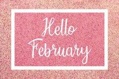 Hola tarjeta de felicitación de febrero con el texto blanco sobre un fondo rosado del brillo foto de archivo libre de regalías