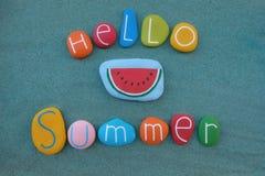 Hola texto del verano compuesto con las piedras coloreadas multi del mar sobre la arena verde stock de ilustración