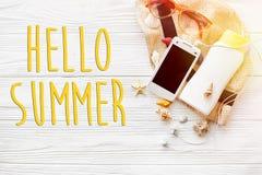 Hola texto del verano, endecha del plano del concepto de las vacaciones teléfono del sombrero con el emp Foto de archivo libre de regalías