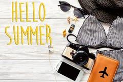 Hola texto del verano, endecha del plano del concepto de las vacaciones traje de baño elegante, Fotografía de archivo