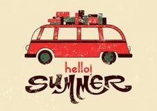 ¡Hola verano! Cartel retro tipográfico del grunge con el autobús del viaje Ilustración del vector Fotos de archivo