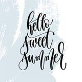 Hola verano dulce - mano que pone letras al cartel de la tipografía sobre tiempo de verano libre illustration