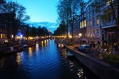 Holanda, opinión de la noche de los canales y de las calles de Amsterdam Fotografía de archivo