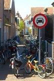 Holandia miasta ulica żadny samochodu drogowy znak: następ jeździć na rowerze tylko jechać na rowerze parking Fotografia Stock