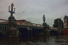 Holandie Amsterdam most równo Zła pogoda obraz stock