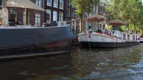 Holandie - LIPIEC 19, 2017 łódkowata wycieczka turysyczna przez pięknych kanałów Amsterdam, AMSTERDAM - Fotografia Stock