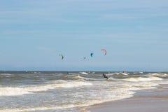 Holandie, Zandvoort 04 06 2017 Wiele ludzie angażują w Kitesurfing Fotografia Stock