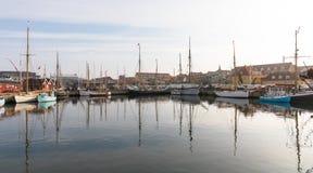 Holbaek, DINAMARCA - em outubro de 2018: Barcos de vela velhos bonitos que encontram-se na baía em Holbaek, uma cidade pequena em fotografia de stock