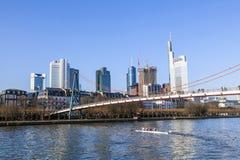 Holbeinbrug in Frankfurt-am-Main met horizon Stock Fotografie