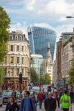 Holborn ulica z ruchem drogowym i ludzie krzyżuje drogę Londyn Zdjęcia Royalty Free