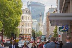 Holborn ulica z ruchem drogowym i ludzie krzyżuje drogę Londyn Zdjęcia Stock