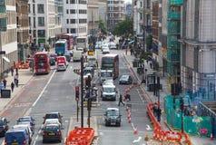 Holborn ulica z ruchem drogowym i ludzie krzyżuje drogę Londyn Fotografia Stock