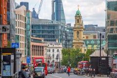 Holborn ulica z ruchem drogowym i ludzie krzyżuje drogę Londyn Obrazy Stock
