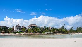 HOLBOX MEKSYK, MAJ, - 22, 2018: Hotelowi willa flamingi widzieć od oceanu sandbar Obraz Royalty Free