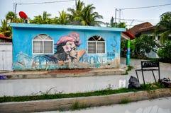 HOLBOX, MEXIKO - 25. MAI 2018: Überschwemmte Sandstraßen im Hauptplatz von Isla Holbox mit Touristen und karibische Häuser und Sh Lizenzfreie Stockfotografie