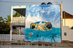 HOLBOX, MEXIKO - 25. MAI 2018: Überschwemmte Sandstraßen im Hauptplatz von Isla Holbox mit Touristen und karibische Häuser und Sh Stockbilder