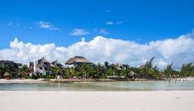 HOLBOX, MEXIQUE - 22 MAI 2018 : Flamants de villas d'hôtel vus du banc de sable d'océan Image libre de droits