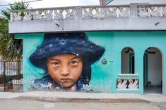 HOLBOX, MEXIQUE - 25 MAI 2018 : Routes inondées de sable dans la place principale d'Isla Holbox avec les touristes et les maisons Images libres de droits