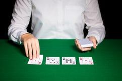 Holdem återförsäljare med att spela kort Arkivbilder