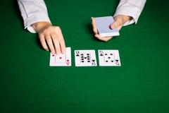 Holdem återförsäljare med att spela kort Arkivfoto