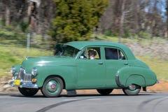 Holden 1953 FX som kör på landsvägen Royaltyfria Foton