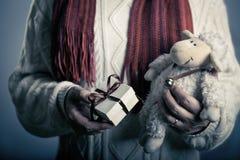 Holdig masculin de hads un petit giftbox brun de ruban Photographie stock libre de droits