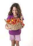 Holdin della ragazza un cestino dei pomodori immagini stock