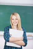 Holding Binder In för kvinnlig student grupp Arkivfoton