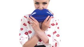 Holding Blue Handbag modelo rubio hermoso en labio almacen de metraje de vídeo